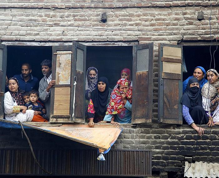Kaxmirgo emakume batzuk, negarrez, hildako independentisten hiletan, atzo. ©FAROOQ KHAN / EFE