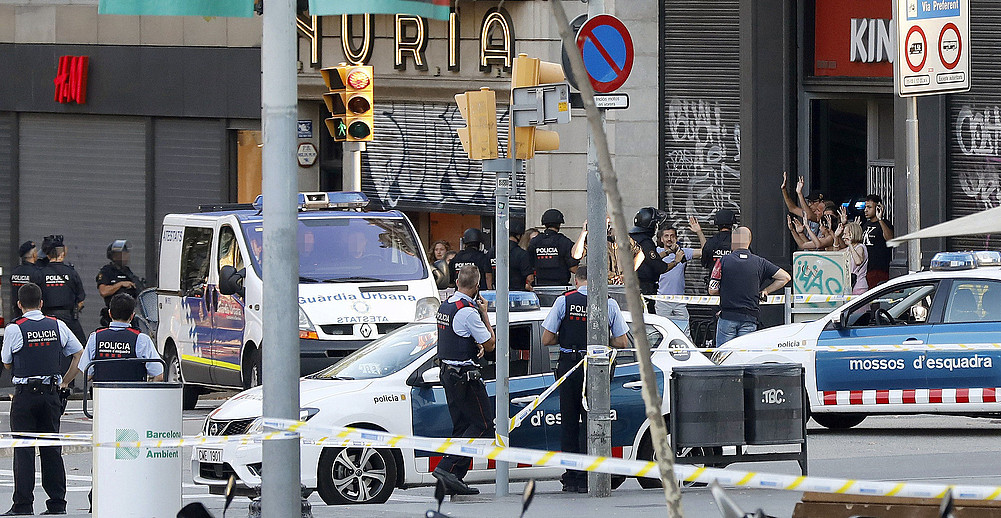 Poliziak Bartzelonako Rambletan, atentatua gertatu ostean, atzo arratsaldean.