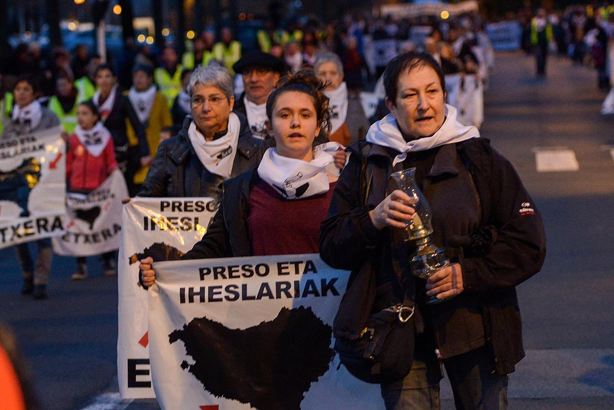 Euskal presoen senideak eta lagunak, Baionako kaleetan iaz eginiko manifestazio batean. / ISABELLE MIQUELESTORENA