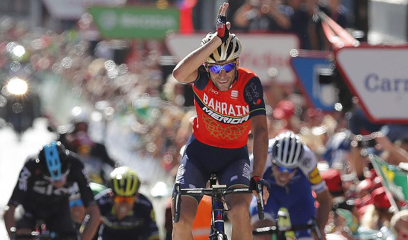 Vincenzo Nibali, marrazoarena egiten, atzo, Espainiako Vueltako hirugarren etapako helmugan. ©JAVIER LIZON / EFE