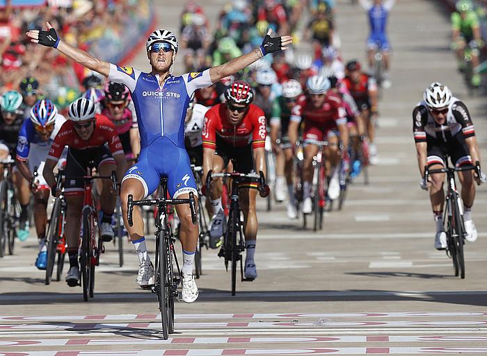 Matteo Trentin, atzo, Espainiako Vueltako laugarren etapako garaipena ospatzen. ©JAVIER LIZON / EFE
