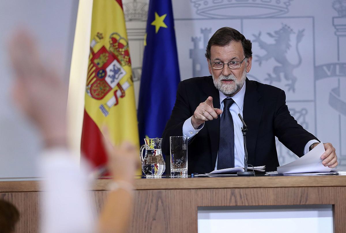 Mariano Rajoy Espainiako Gobernuko presidentea, kazetarien galderak erantzuten, atzo, Ministroen Bilkuraren ostean. ©CHEMA MOYA / EFE