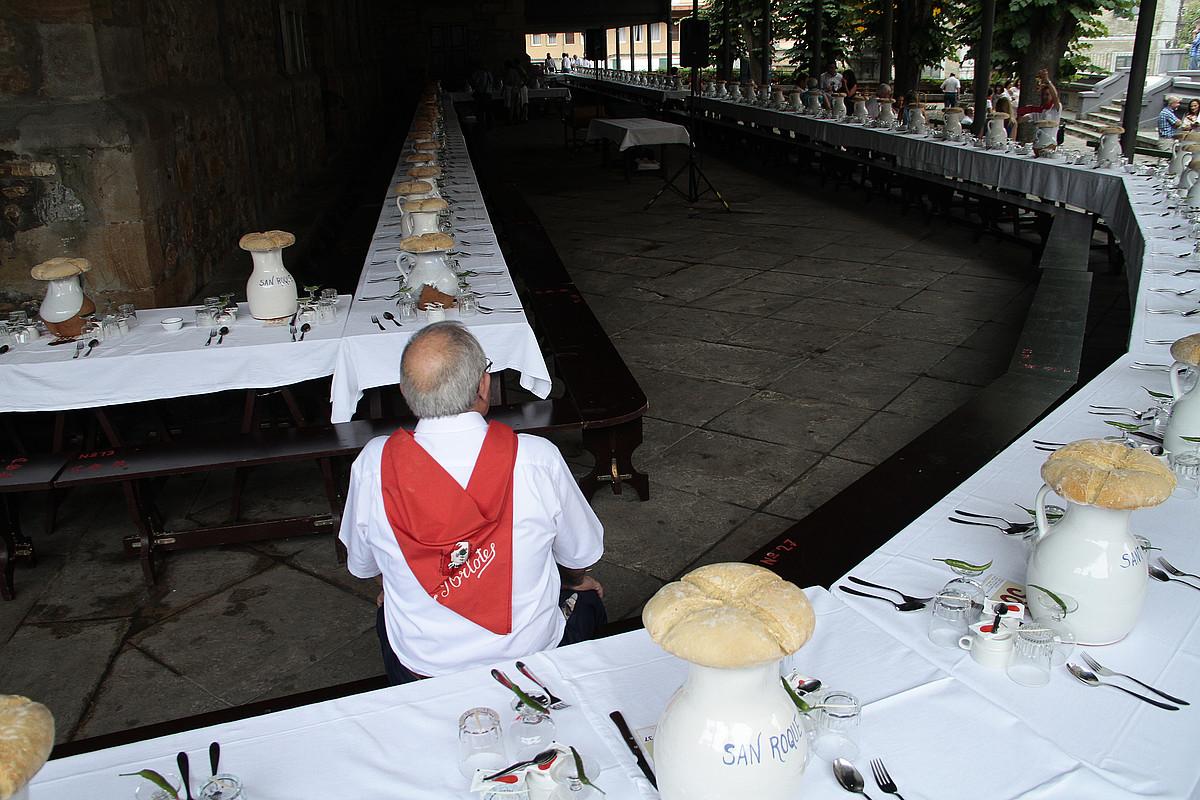 San Rokeren kofradiako kideek prest dute bazkaria. ©AIARALDEA