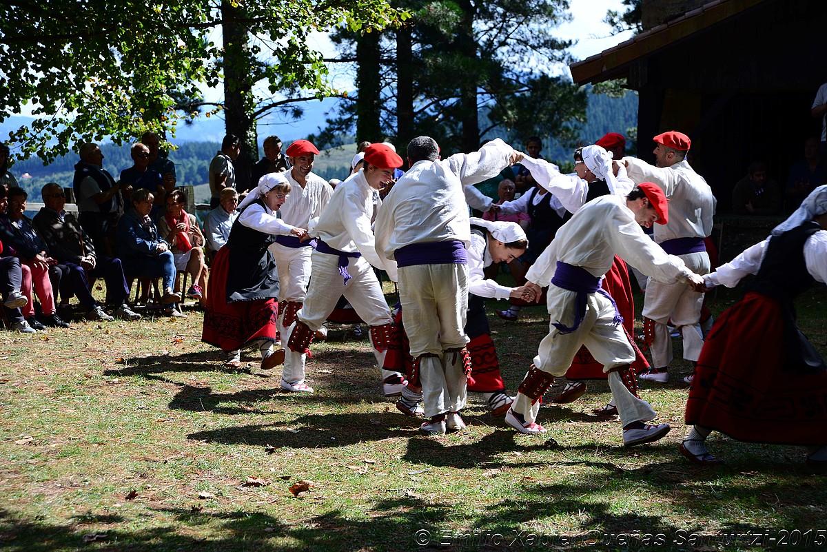 Mendigain dantza taldea, iazko jaietako emanaldi batean. ©MENDIGAIN DANTZA TALDEA