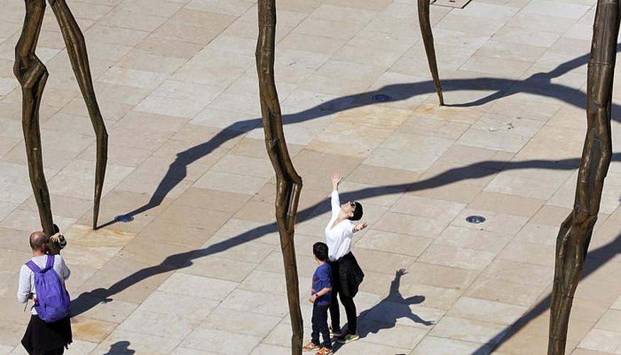 Hainbat turista Bilboko Guggenheim museoan, Aste Santuan. ©L.T / EFE