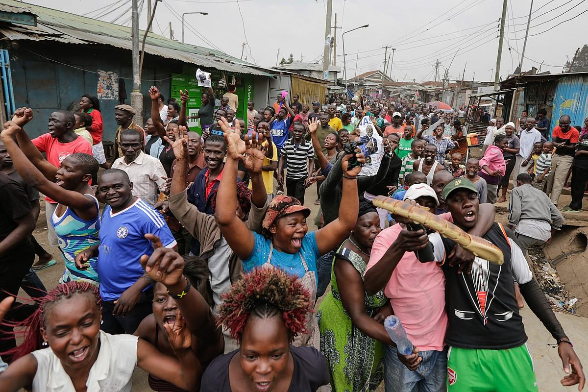 Raila Odinga oposizioko buruaren jarraitzaileak Nairobi hiriburuko kaleetan, atzo, Kenyako Auzitegi Gorenaren epaia ospatzen.