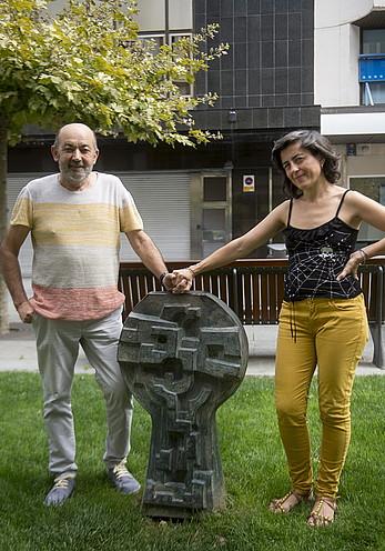 Fermin Valencia eta Julieta Itoiz, German Rodriguezen oroitarriaren ondoan.