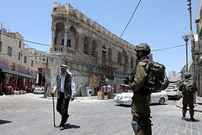 Israelgo soldaduak, Hebrongo Qusbah auzoan. Herritarrek egunero aurre egin behar diete militarren kontrolei eta presentziari. ©ABED AL HASHLAMOUN / EFE