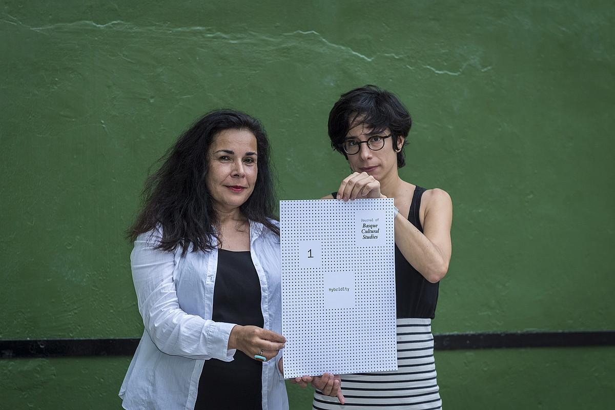 Nerea Arruti eta Olaia Miranda <em>Journal of Basque Cultural Studies</em> aldizkariko editoreak, argitalpenaren irudia izango dena eskuetan daukatela. &copy;GORKA RUBIO / ARP