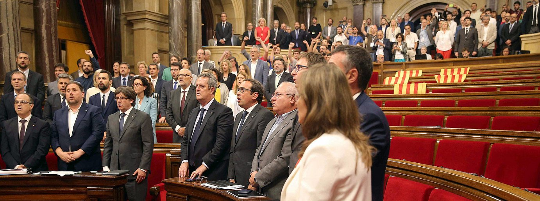 Parlamentari independentistak <em>Els Segadors</em> ereserki nazionala kantatzen Erreferendum Legea onartu ondoren, atzo, Kataluniako Parlamentuan. / TONI ALBIR / EFE