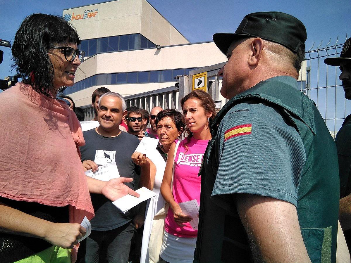 CUPeko kideak Guardia Zibilari botopaperak erakusten, Tarragonako Constati herrian, atzo. / BERRIA