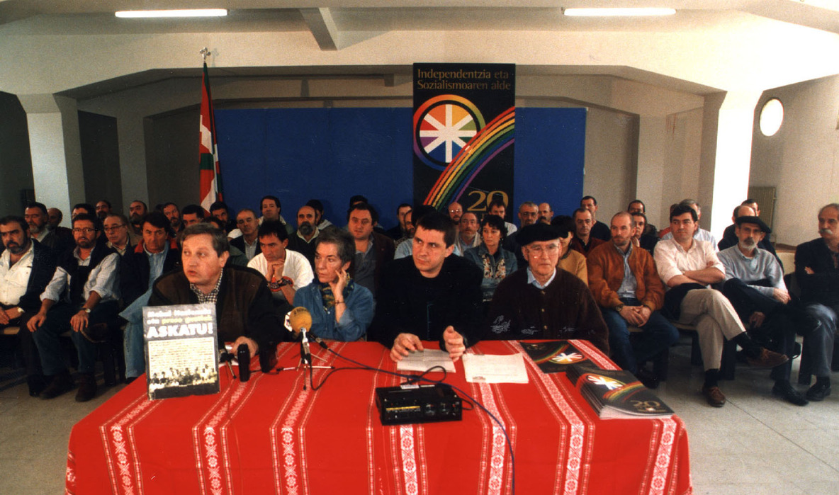 Altsasun 1998an egindako ekitaldia, HBren 20. urteurrena zela eta, Altsasuko Mahaiko zenbait kiderekin.