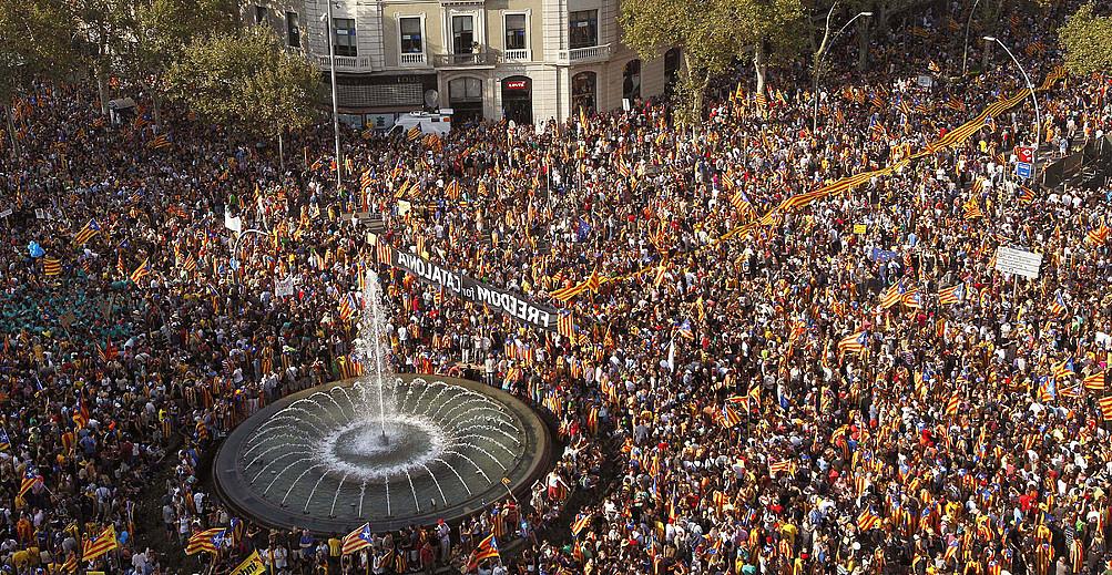 Jendetza 2012ko Diadako manifestazioan, Bartzelonan. <em>Katalunia, Europako estatu berria</em> lelopean egin zuten, eta erreferendumerako prozesuaren lehen Diada masiboa izan zen. / MARTA PEREZ / EFE
