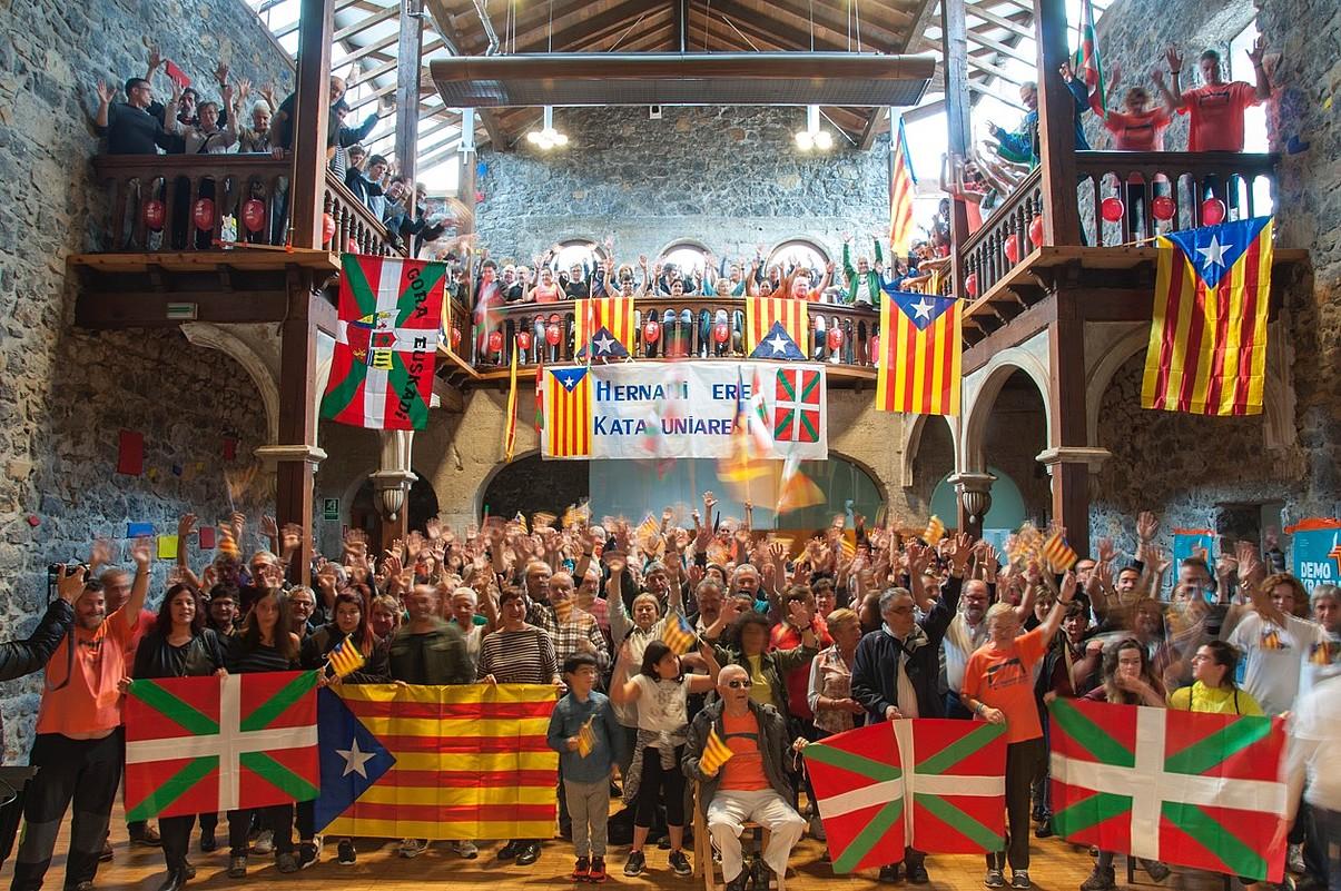 Hernanin ere egin zuten elkarretaratzea Kataluniako erreferendumaren alde, Milagrosan. / JUANJO ITURRIOZ