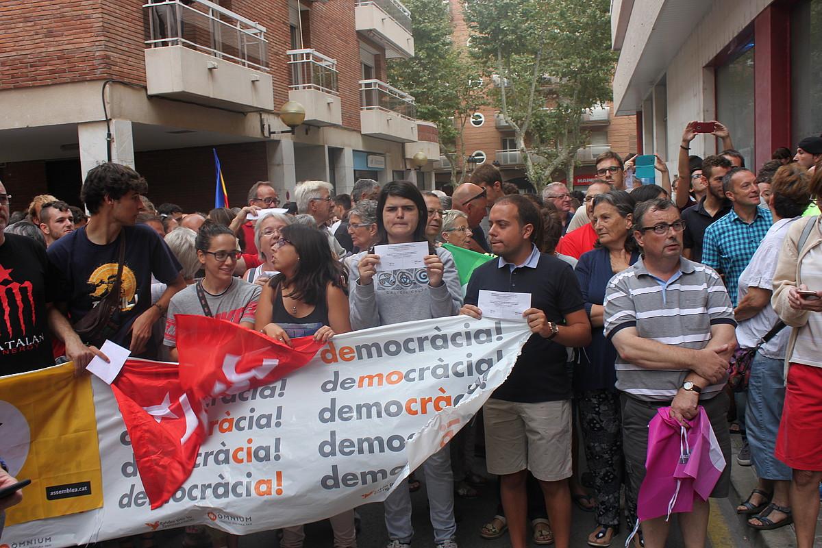 Herritarrak astekariaren atarian bildu ziren, eta protesta egin zuten polizia operazioaren kontra. ©EL VALLENC