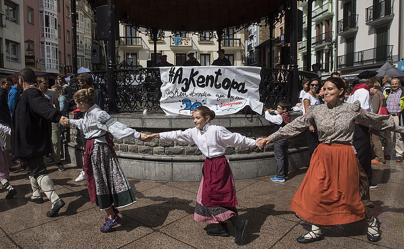 Jendea dantzan, Musika plazan, goizean izandako aterrune gutxietako batean. ©JON URBE / ARGAZKI PRESS