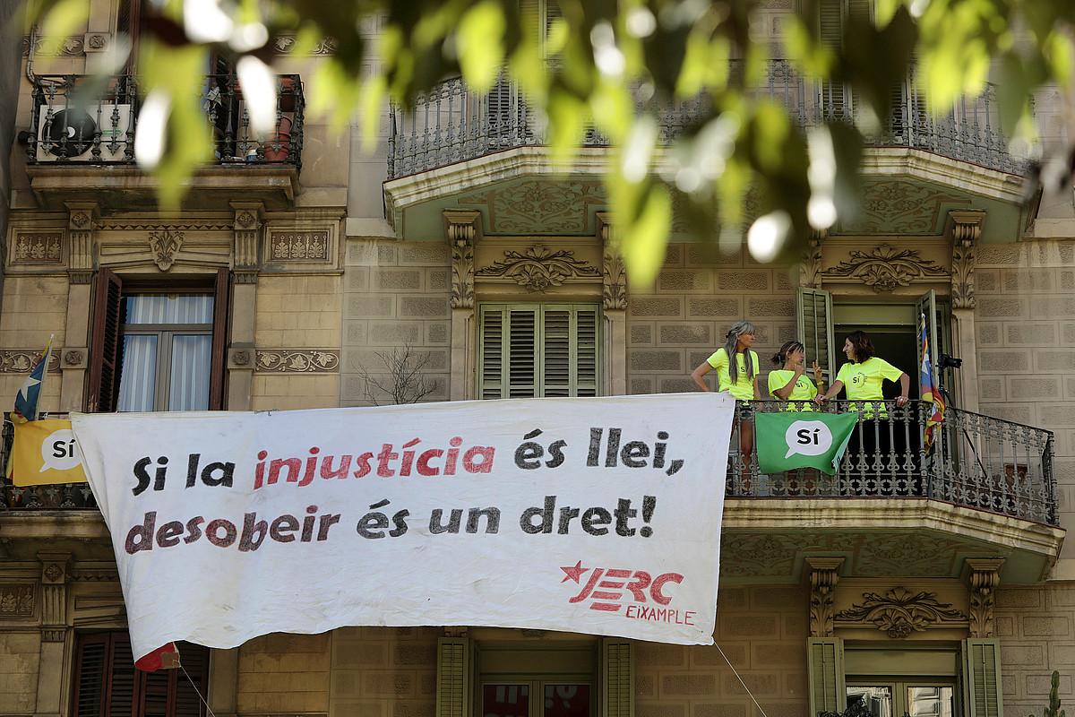 <em>Injustizia bada legea, desobeditzea eskubide bat da</em>, atzo, Bartzelonan. / SUSANNA SAEZ / EFE