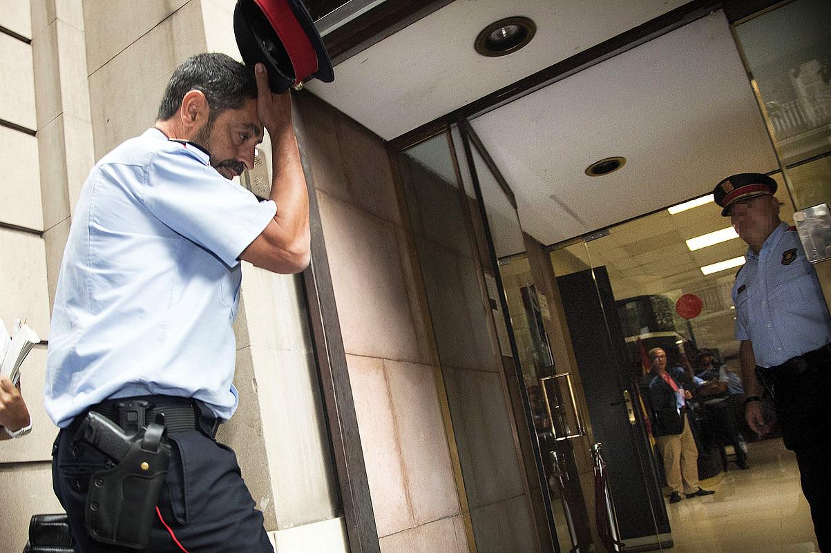 Josep Lluis Trapero mossoen burua, atzo, Kataluniako Fiskaltzaren egoitzara sartzen, Bartzelonan. ©MARTA PEREZ / EFE