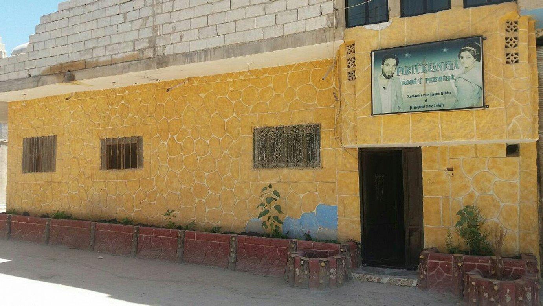 Ednan Osman Hesenek haren guraso zenduen etxea zen eraikinean ireki du liburutegi bat.