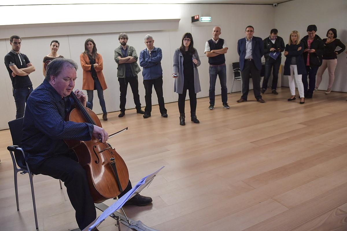 Txeloa izango da protagonista etzi Baluarten, Nafarroako Orkestra Sinfonikoaren kontzertuan. Irudian, jaialdiaren aurkezpena, atzo, Iruñean. ©IDOIA ZABALETA / ARP