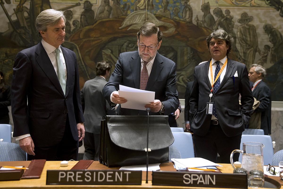 Mariano Rajoy Espainiako presidentea NBEn, Jorge Moragas kabineteburuarekin eta Roman Oiartzun enbaxadorearekin batera, aurreko bilkura batean.