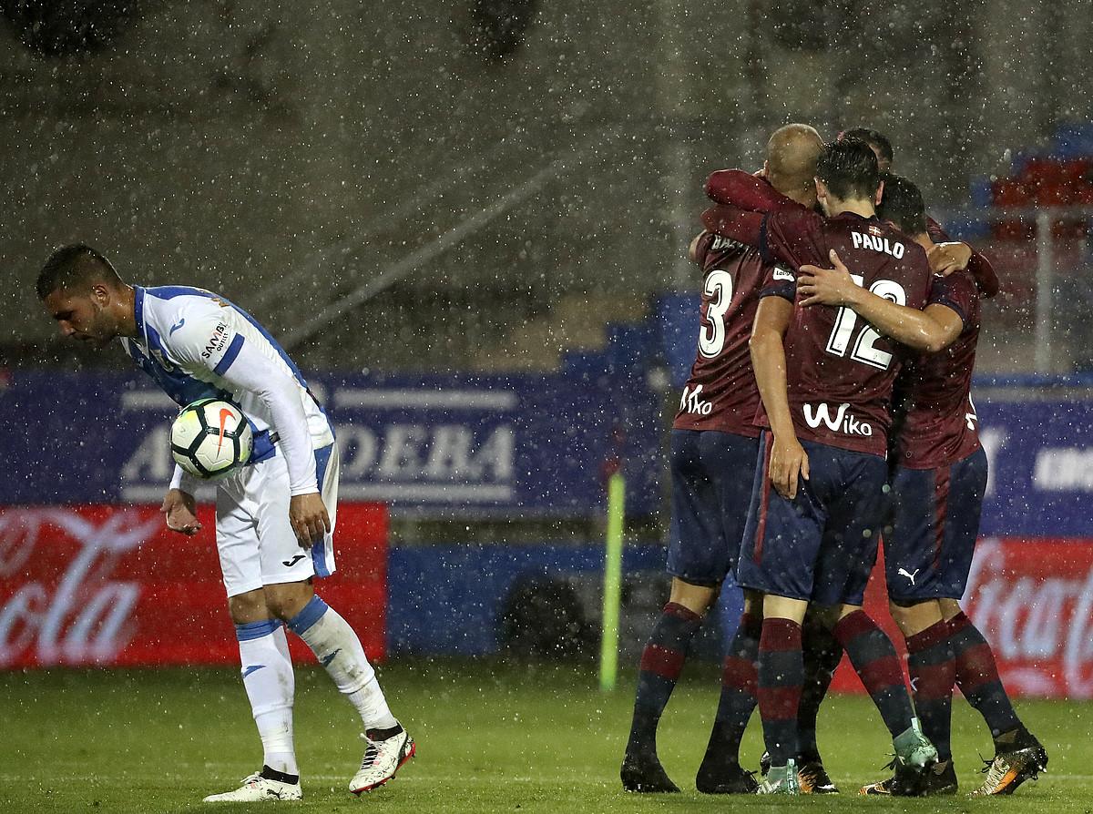 <b>Eibarreko jokalariak Alejandro Galvezek atzoko neurketan sartutako gola ospatzen.</b> &copy;JAVIER ETXEZARRETA / EFE