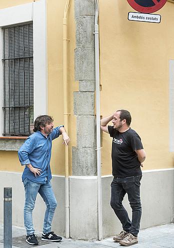 Jordi Evole eta David Fernandez, elkarrizketa egin zen Sants auzoko kale izkina batean. ©DANI CODINA