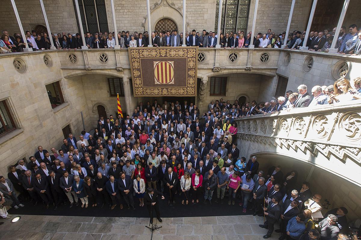 Erreferenduma babesten duten alkateak eta Kataluniako Gobernuko kideak atzo, Generalitatean. ©QUIQUE GARCIA / EFE