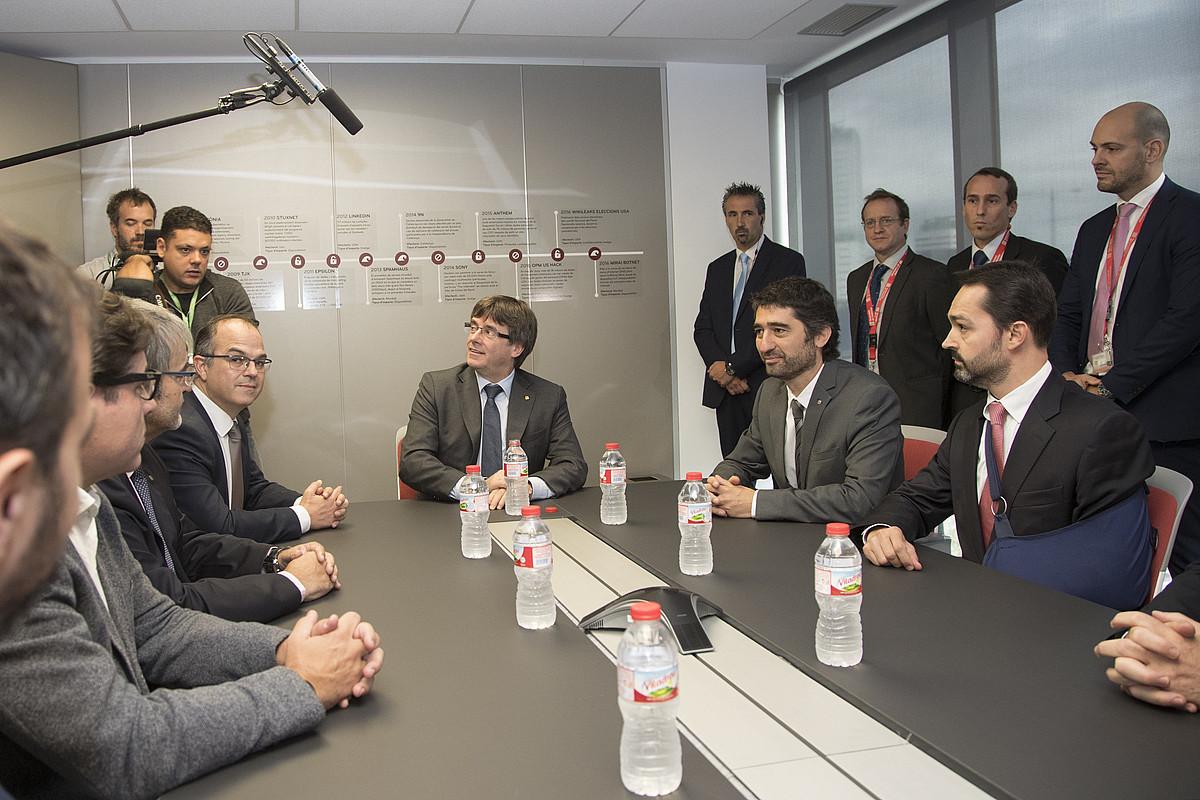 Carles Puigdemont, Kataluniako Generalitateko presidentea Kataluniako Zibersegurtasun Agentziaren egoitzan, atzo, Bartzelonan. / MARTA PEREZ / EFE