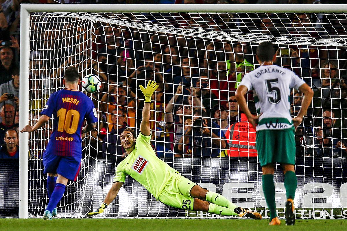 Messi penaltia bota berritan atzo, Bartzelonaren lehen golean, Eibarren aurka. ©QUIQUE GARCIA / EFE