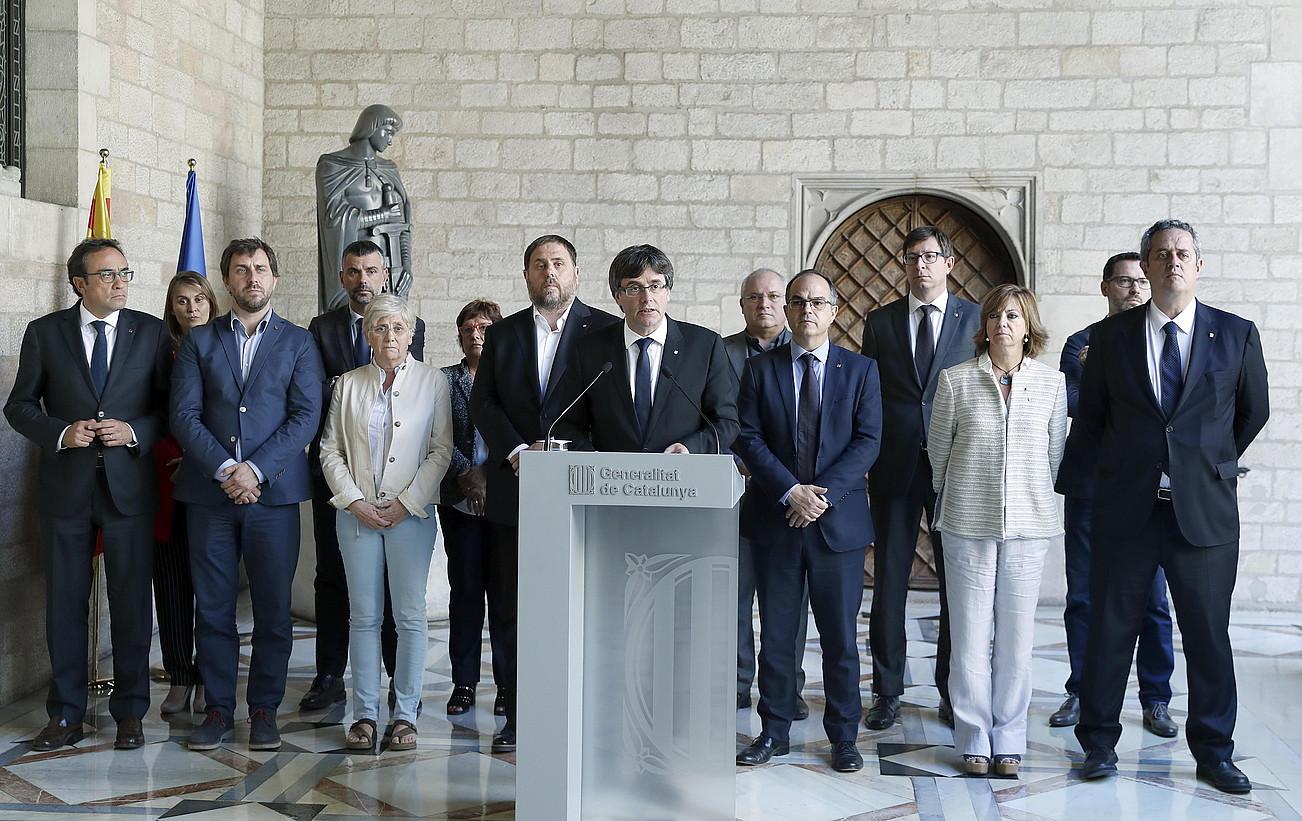 Carles Puigdemont Kataluniako presidentea atzo egindako adierazpen instituzionalean, atzean Kataluniako Gobernuko kideak dituela. / ANDREU DALMAU / EFE