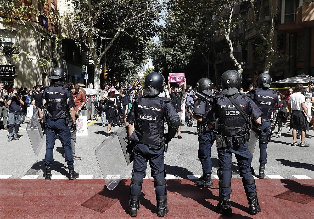 Espainiako poliziak, atzo, CUPen egoitzan. / ANDREU DALMAU / EFE