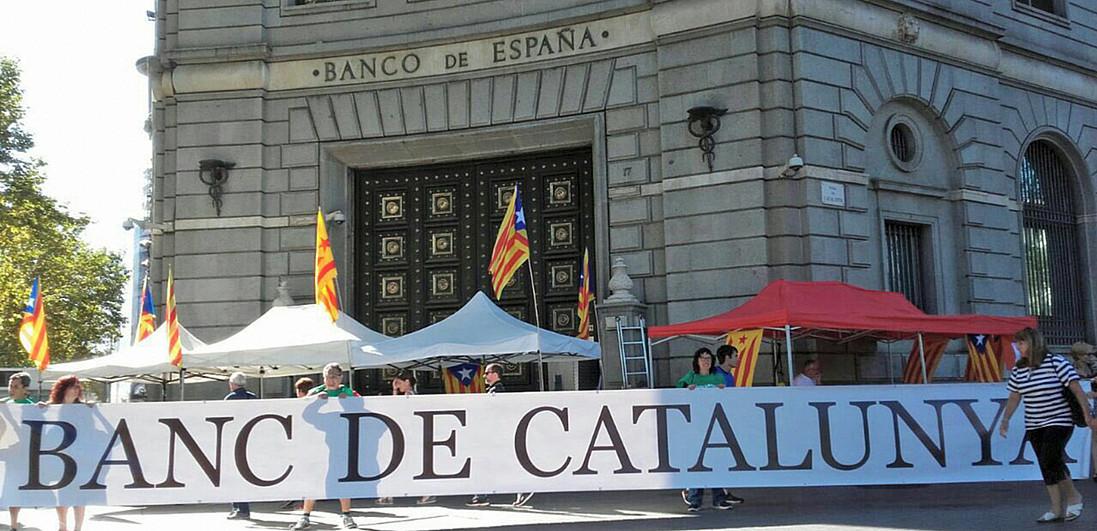Herritar batzuk, Kataluniako banku propioa aldarrikatzen irailaren 11n, Bartzelonan, Espainiako Bankuaren egoitzaren aurrean. / ANC L'HOSPITALET