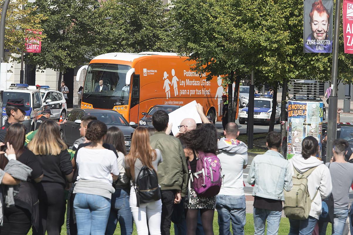 Ertzaintzak babestuta iritsi zen autobusa Euskadi plazara. ©MONIKA DEL VALLE / ARG