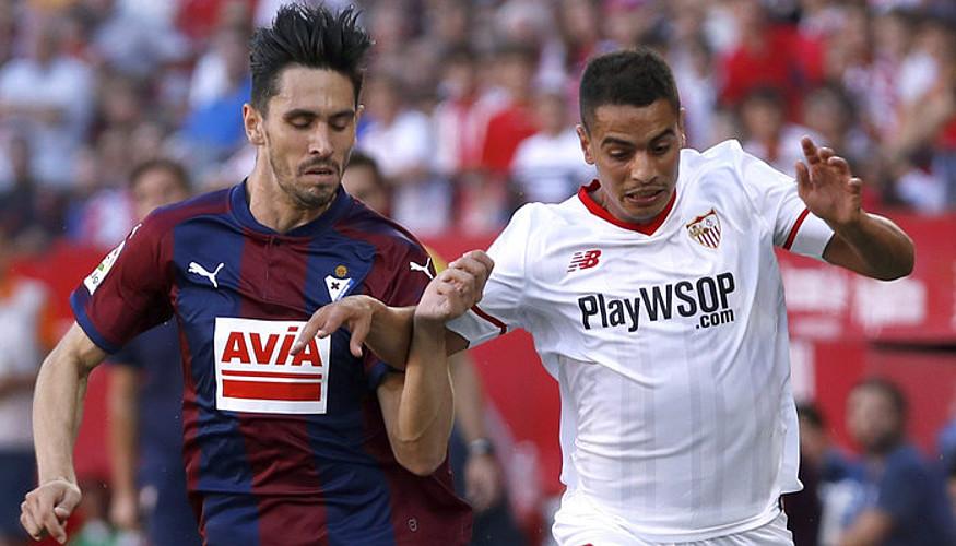 Paulo Oliveira, Wissam Ben Yedder Sevillako aurrelariarekin lehian. ©JULIO MUÑOZ / EFE