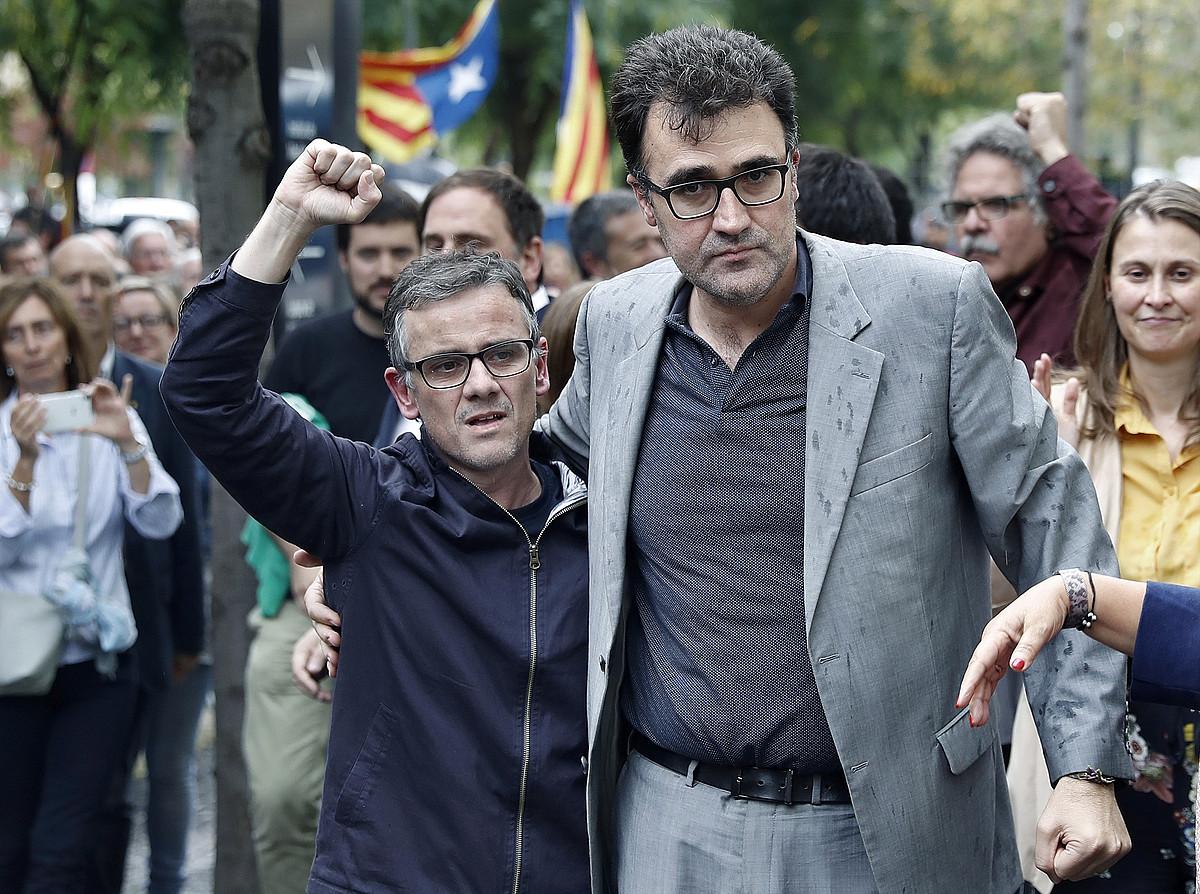 Josep Maria Jove Presidenteordetzako idazkari nagusia eta Lluis Salvado Ogasuneko idazkaria, atzo, aske gelditu ondoren. / ANDREU DALMAU / EFE
