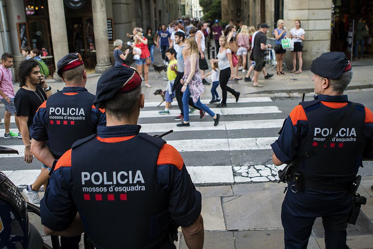 Mossos d'Esquadrako hiru agente zaintza lanetan, atzo, Bartzelonako erdigunean. / QUIQUE GARCIA / EFE