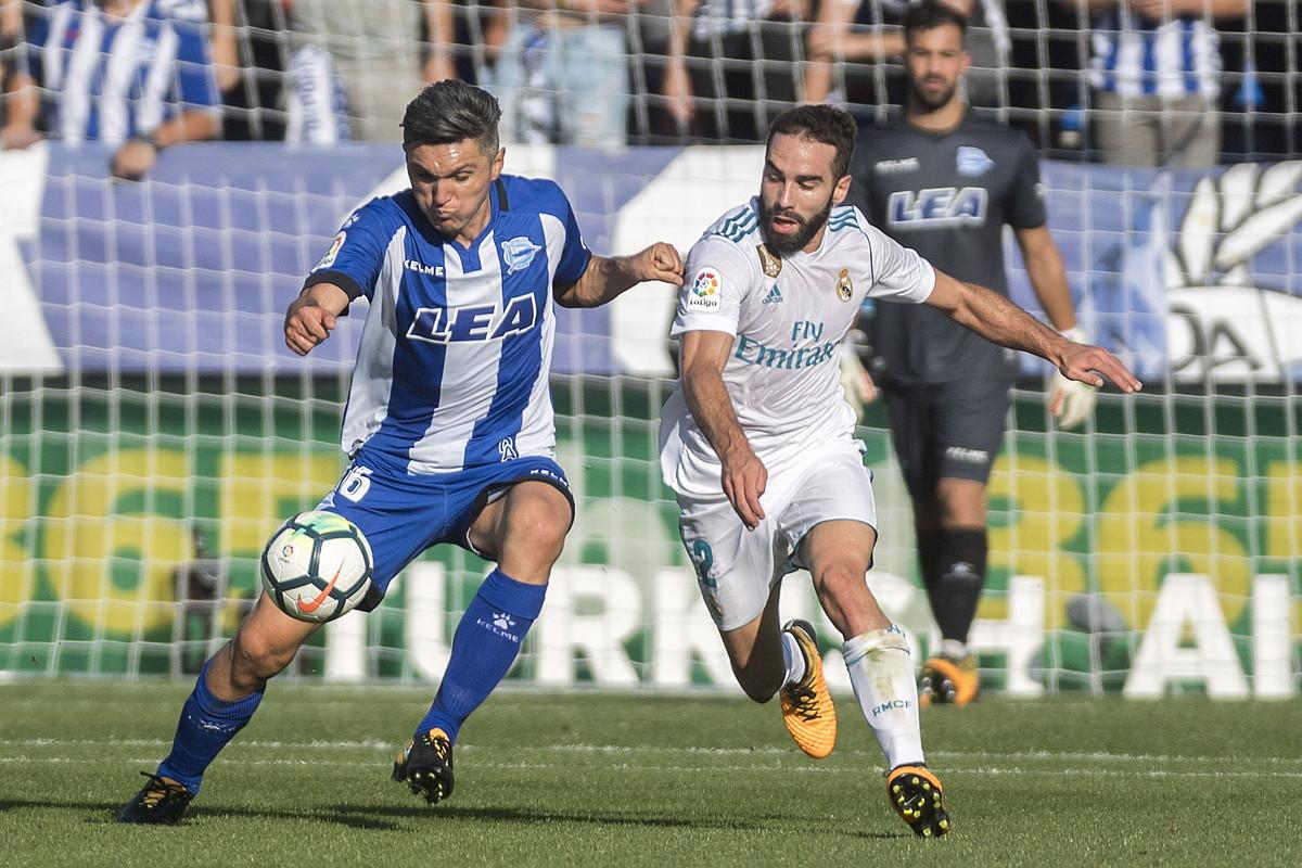 Dani Torres Alaveseko erdilaria eta Daniel Carvajal Real Madrileko atzelaria, baloia lortzeko borrokan. ©JUANAN RUIZ / ARP