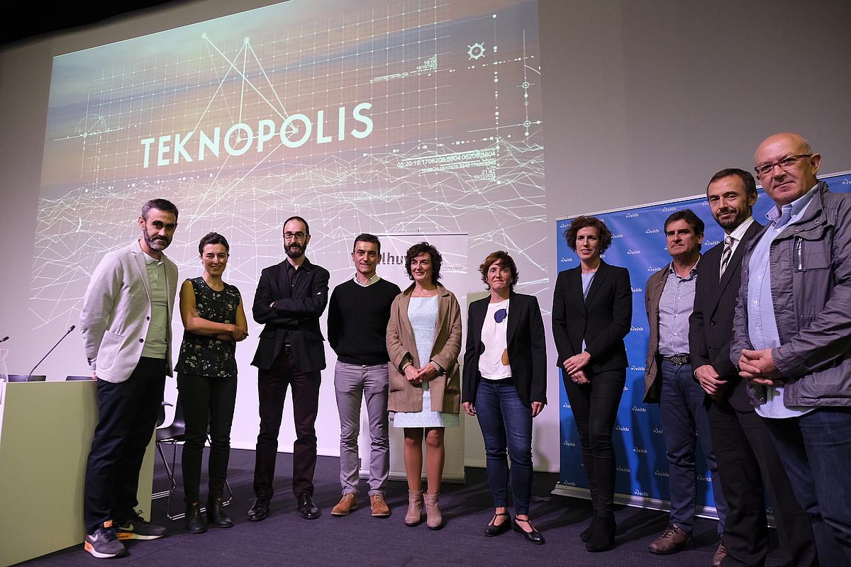 <em>Teknopolis</em> saioko taldeko kideak, eta unibertsitateko, erakundeetako eta EITBko ordezkariak, atzo, Hernanin.