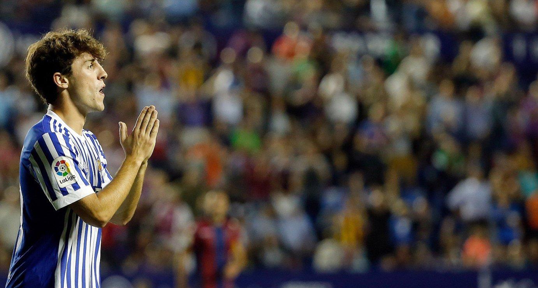<b>Alvaro Odriozola Realeko eskuin hegaleko atzelaria, protesta egiten, Levanteren aurkako partidan penaltia egin berritan.</b> &copy;JUAN CARLOS CARDENAS / EFE