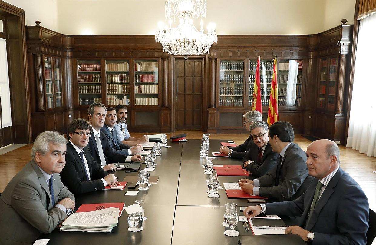 <b>Kataluniako Gobernuaren ordezkariak —ezkerrean, Puigdemont presidentea buru— Espainiako Gobernuko ordezkariekin, atzo, Bartzelonan.</b> / ANDREU DALMAU / EFE