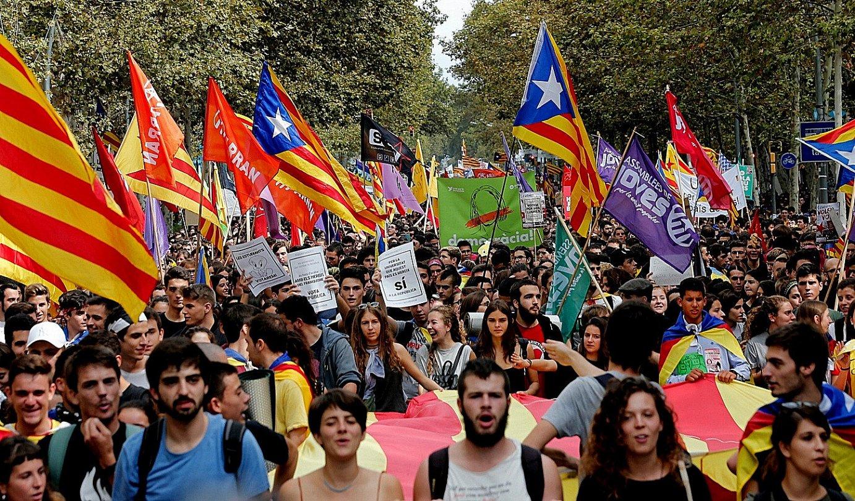 Unibertsitateko eta Bigarren Hezkuntzako milaka ikaslek manifestazioa egin zuten erreferendumaren alde, atzo, Bartzelonan. / JUAN CARLOS CARDENAS / EFE