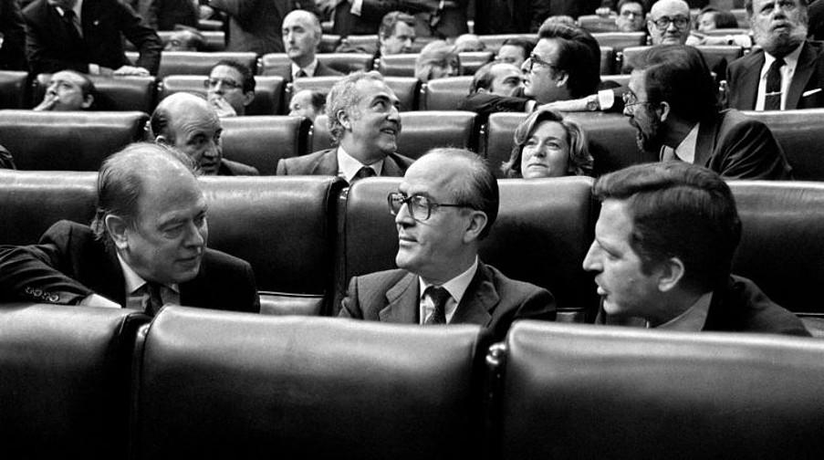 <b>Pujolen ezetza. </b>1980an, Suarezen gobernuak kontzertu ekonomikoa eskaini zion Generalitateari ere, baina uko egin zion. Argazkian, ezker-eskuin Espainiako Kongresuan, Jordi Pujol Generalitateko lehendakaria, Leopoldo Calvo Sotelo Espainiako Gobernuko lehendakariordea eta Adolfo Suarez lehendakaria. / EFE