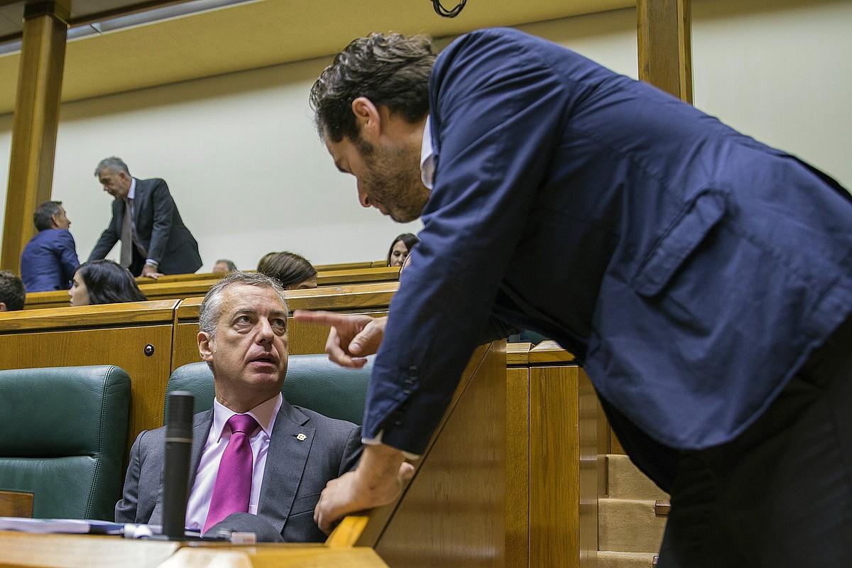 Iñigo Urkullu eta Borja Senper, atzo, legebiltzarreko saioan. / DAVID AGUILAR / EFE