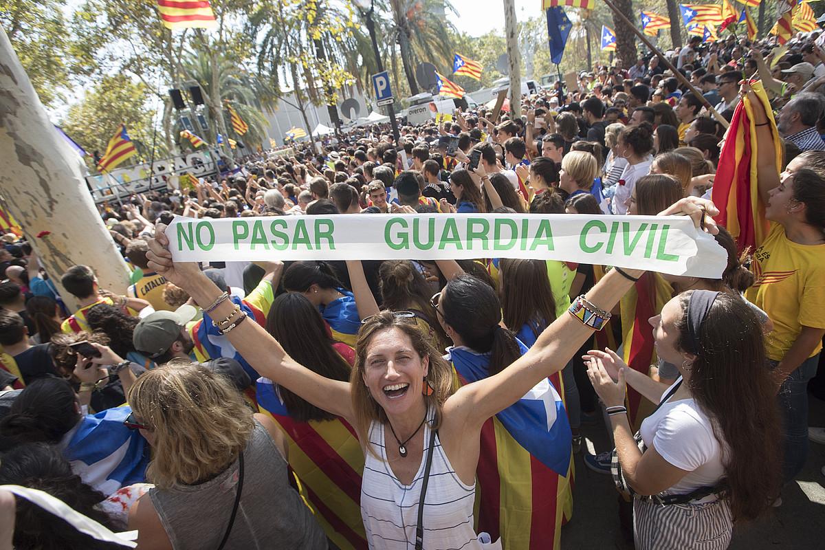 Irailaren 20ko polizia operazioan atxilotuak askatzeko protesta, auzitegien aurrean. / MARTA PEREZ / EFE