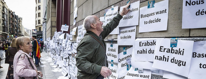 Herritar batzuk, erabakitzeko eskubidearen aldeko afixak jartzen, mobilizazio batean. / ARITZ LOIOLA / ARGAZKI PRESS
