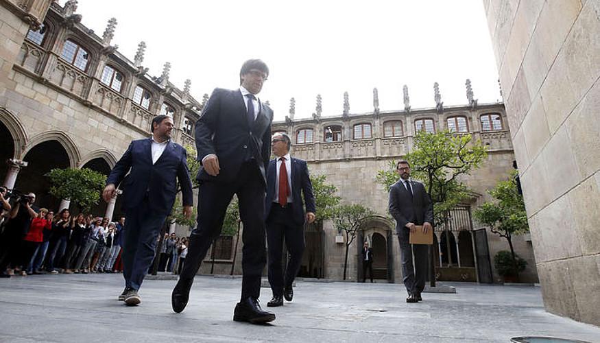 Carles Puigdemont presidentea, atzo, Generalitatera iristen. Oriol Junqueras eta Jordi Turull haren atzetik doaz. / ALBERTO ESTEVEZ / EFE