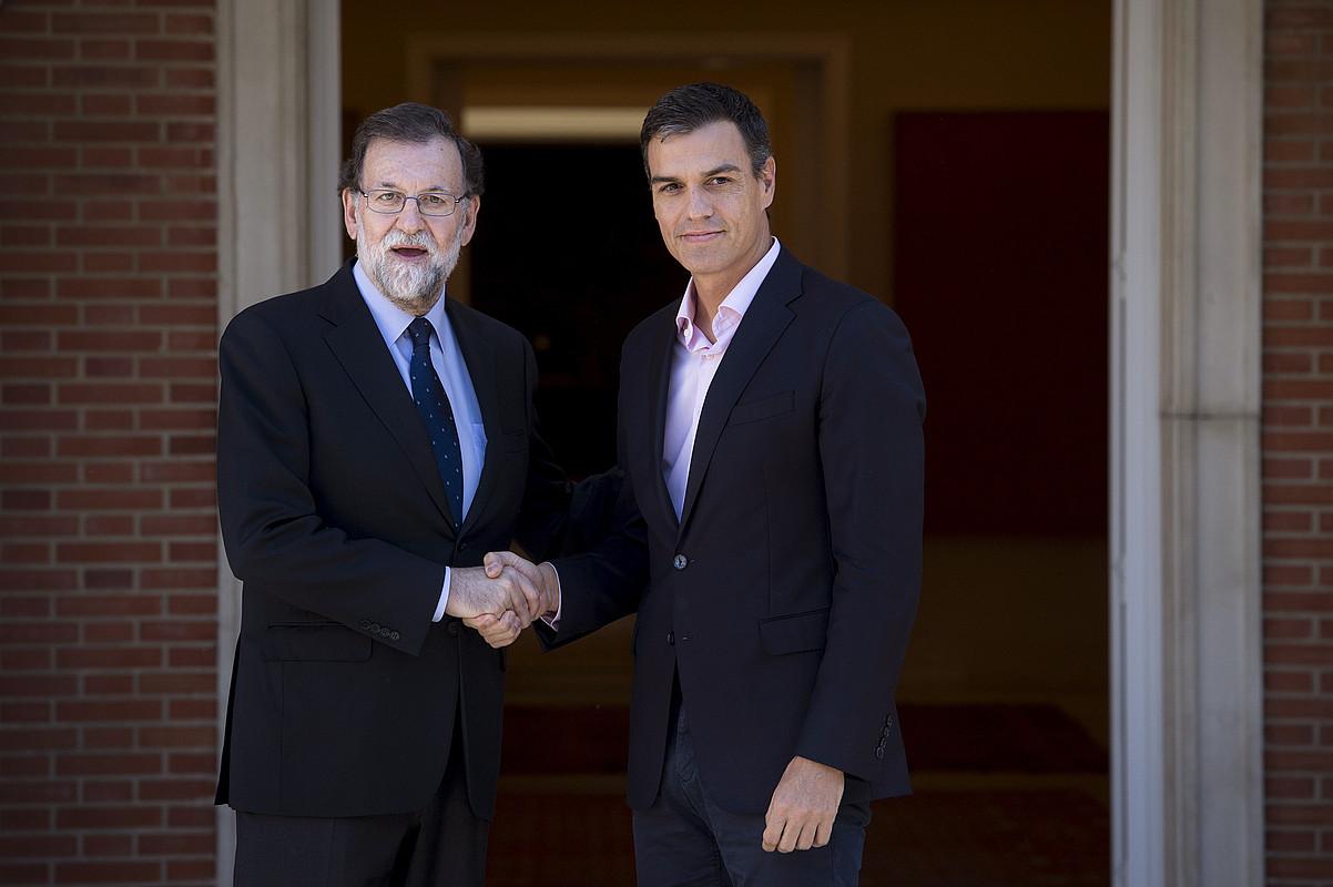 Mariano Rajoy Espainiako presidentea eta Pedro Sanchez PSOEko idazkari nagusia, atzo, Moncloan. Riverarekin elkartu zen ondoren. / LUCA PIERGOVANNI / EFE