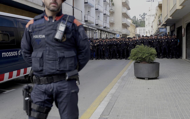 Espainiako Polizia Nazionaleko agenteak, atzo, Pineda de Marren. / ALBERTO ESTEVEZ / EFE