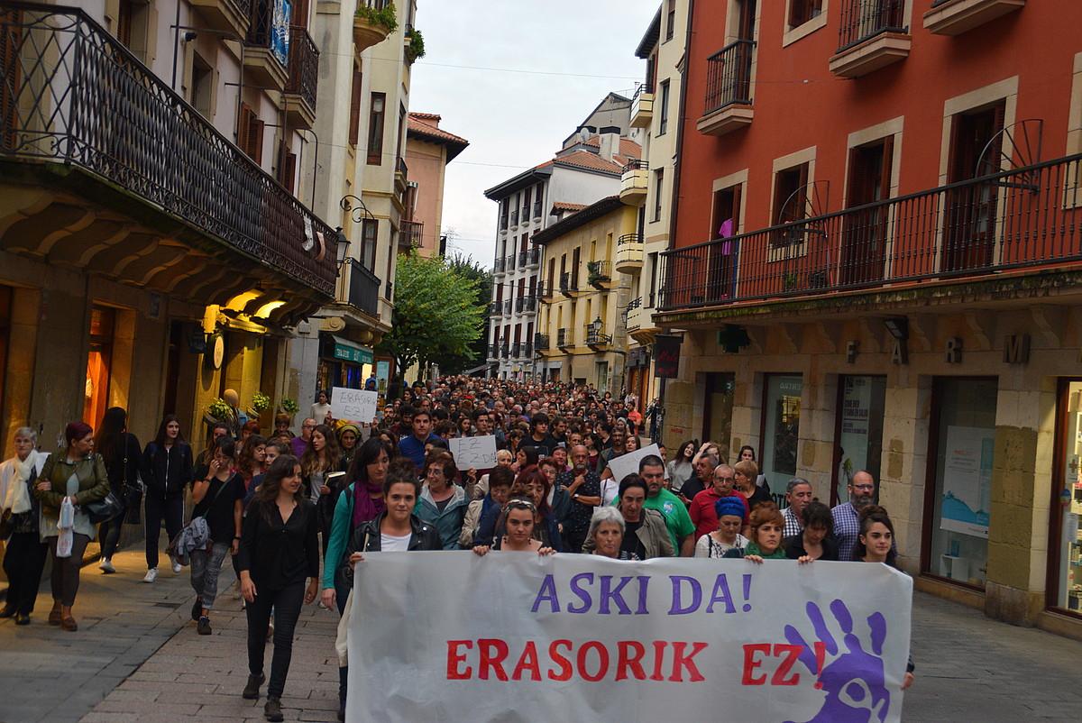 Manifestazio jendetsua egin zuten atzo iluntzean Errenterian. ©OARSO BIDASOAKO HITZA